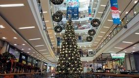 Julgran och garnering i en shoppinggalleria arkivfilmer