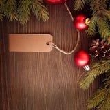 Julgran och garneringar på träbakgrund Arkivfoto