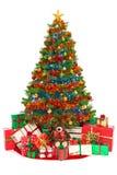 Julgran och gåvor som isoleras på vit Arkivbild