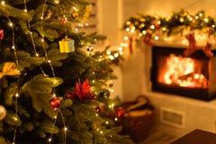 Julgran och hem- feriedekor på spisen arkivbilder