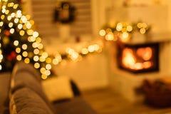 Julgran och hem- feriedekor på spisen royaltyfria foton