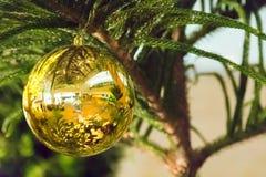 Julgran och julbollar Arkivbilder