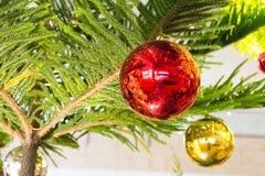Julgran och julbollar Arkivbild