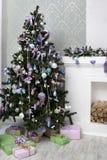 Julgran- och julgåva arkivbild