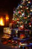 Julgran- och julgåvaaskar i inre med ett f royaltyfria bilder