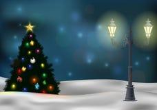 Julgran- och lampstolpe på vinterbakgrund Arkivbilder