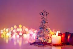 Julgran och levande ljus Romantisk natt och boke för nytt år Royaltyfria Foton