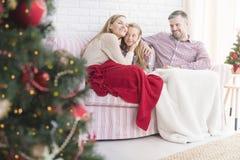 Julgran och lycklig familj arkivbild