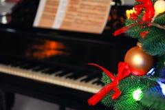 Julgran och piano Arkivfoto