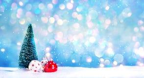 Julgran och små struntsakprydnader royaltyfri foto