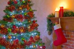 Julgran och strumpa över spisen arkivbild