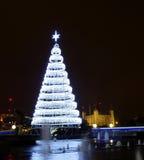 Julgran och tornet av London Arkivfoto