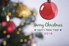 Julgran på abstrakt ljus guld- bokeh- och bolljul Arkivfoto