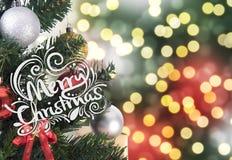 Julgran på abstrakt ljus guld- bokeh- och bolljul Royaltyfria Foton