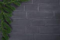 Julgran på bakgrund för tegelstenvägg arkivfoton