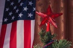 Julgran på bakgrunden av amerikanska flaggan, Arkivfoto