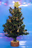 Julgran på blåa bakgrund och lampor Royaltyfri Bild