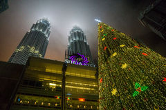 Julgran på de Petronas tornen Arkivfoton