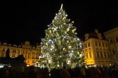 Julgran på den gamla stadfyrkanten i Prague Arkivbilder
