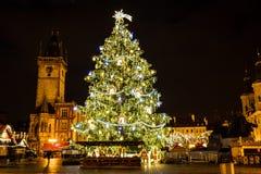 Julgran på den gamla stadfyrkanten på natten, Prague, Tjeckien Royaltyfri Fotografi
