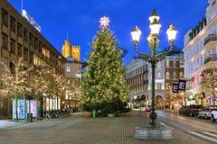 Julgran på den Stortorget fyrkanten av Helsingborg i aftonen Arkivbilder