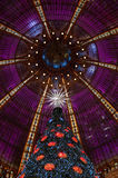 Julgran på det Galeries Lafayette varuhuset. Royaltyfria Foton