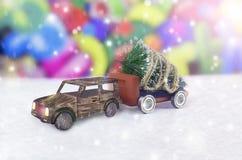 Julgran på en leksakbil i vinter arkivfoton