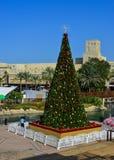 Julgran på fyrkant i Dubai, UAE arkivfoton