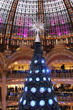 Julgran på Galeries Lafayette, Paris Arkivfoton