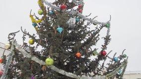 Julgran på gatan som dekoreras med leksaker och glitter stock video