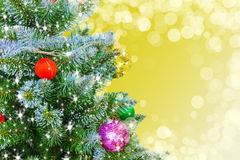 Julgran på guld- bakgrund ljusgnistrande på träd för nytt år Royaltyfri Foto