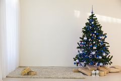 Julgran på juldag i ett vitt rum med gåvor Royaltyfri Foto