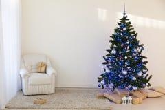 Julgran på juldag i ett vitt rum med gåvor Royaltyfria Bilder
