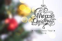 Julgran på ljus guld- bokehbakgrund med glad jul för text Arkivfoton