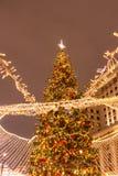 Julgran på röd fyrkant fotografering för bildbyråer