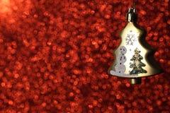 Julgran på röd prickbokehbakgrund fotografering för bildbyråer