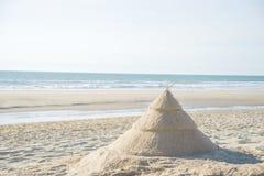 Julgran på stranden arkivbild