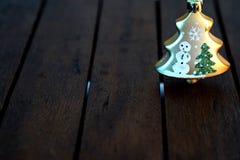 Julgran på träbakgrund fotografering för bildbyråer