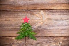 Julgran på träbräde royaltyfri foto