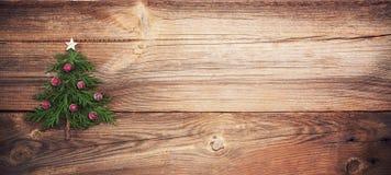 Julgran på träbräde royaltyfri bild