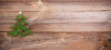 Julgran på träbräde arkivbilder