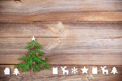 Julgran på träbräde med trägarneringar arkivbild