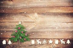 Julgran på träbräde med trägarneringar royaltyfri foto