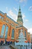 Julgran på den St Peter kyrkan i den gamla staden av Riga i Lat Royaltyfri Bild