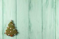 Julgran - pepparkaka på en grön bakgrund Arkivfoto