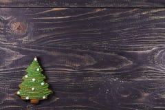Julgran - pepparkaka på en träbakgrund Arkivfoto