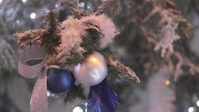 Julgran prydnader, leksaker, närbild stock video