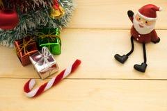 Julgran, Santa Claus och julgarnering på trä Arkivbilder
