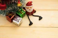 Julgran, Santa Claus och julgarnering på trälodisar Royaltyfri Bild