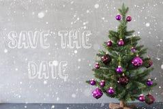 Julgran snöflingor, cementvägg, engelsk texträddning datumet Royaltyfri Foto